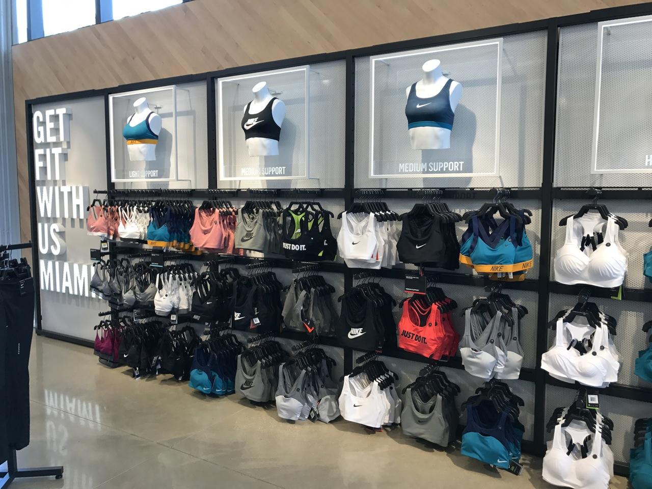 nitrógeno Granjero Dar una vuelta  A Visit to Nike's Miami Flagship Store | Shop-Eat-Surf
